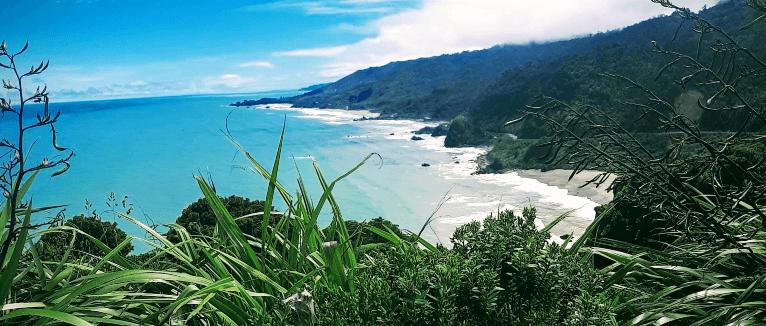 חוף והרים בניו זילנד